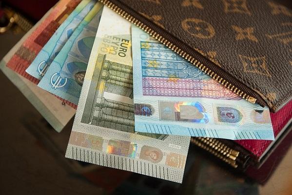 """Lainavertailu on tärkeintä, mitä lainaaja voi ylipäätään tehdä - miksi sitten niin järjettömän moni jättää yhä lainat vertaamatta? Pienempikin 500-2000 euron laina ilman tarkkaa vertailua saattaa tulla kalliiksi ja viiden minuutin """"säästäminen"""" saattaa maksaa jo hyvinkin sen satasen verran, että kannattaa miettiä kahdesti, jättääkö tämän väliin. Vai ottaako sittenkin itseään niskasta kiinni ja vertaa lainat."""